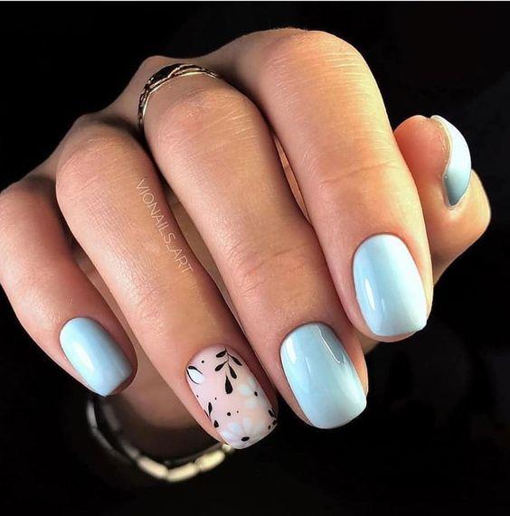Błękitne paznokcie na ślub