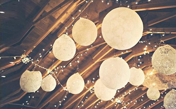 Lampiony na suficie sali weselnej