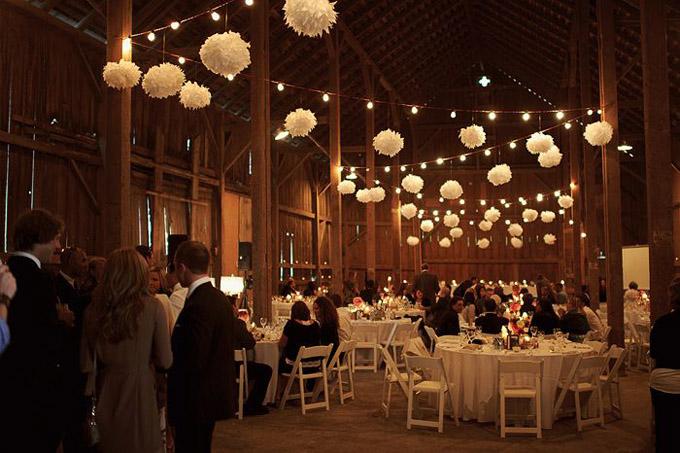 Papierowe ozdoby na suficie sali weselnej