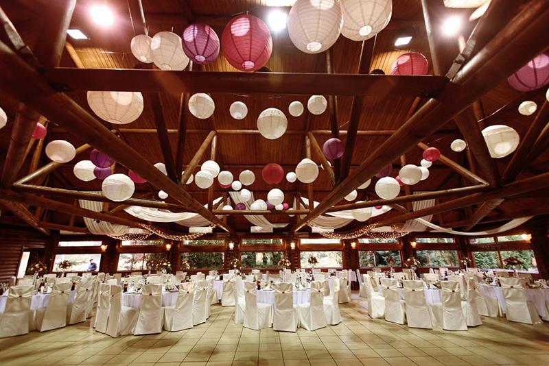 Pomysły na dekorację sufitu sali weselnej – 6 najlepszych inspiracji